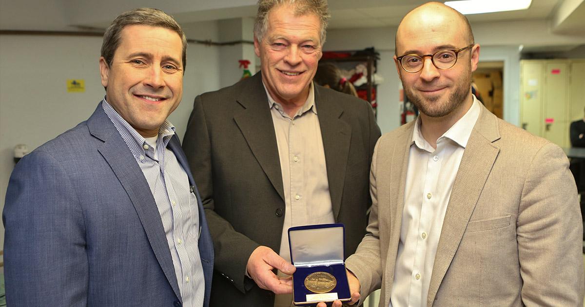 Trois hommes et la médaille de l'Assemblée Nationale