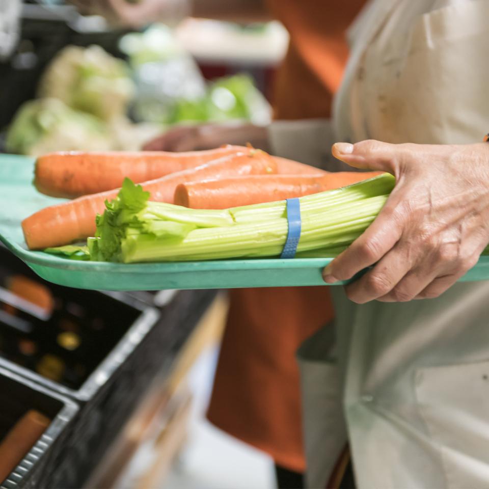 Entraide Agapè - soutien aux organismes plateau légumes intérieur banque alimentaire