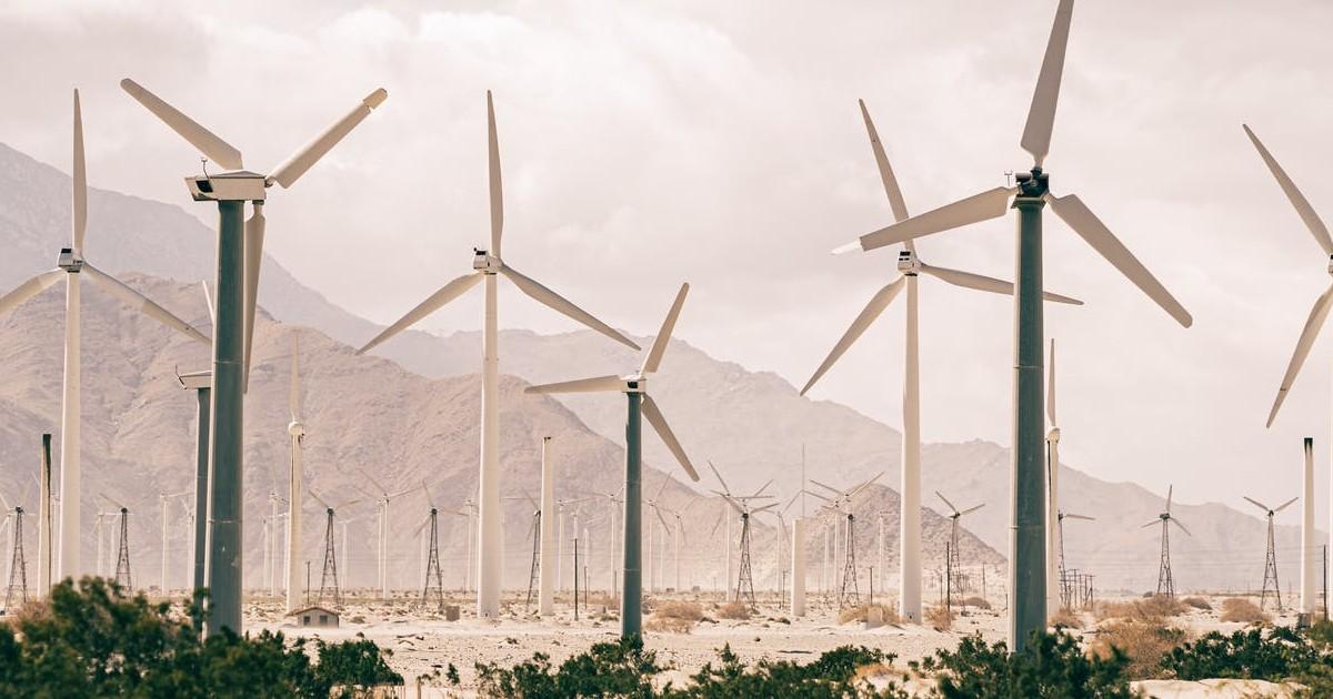 Éoliennes sur sable brun dans un parc éolien