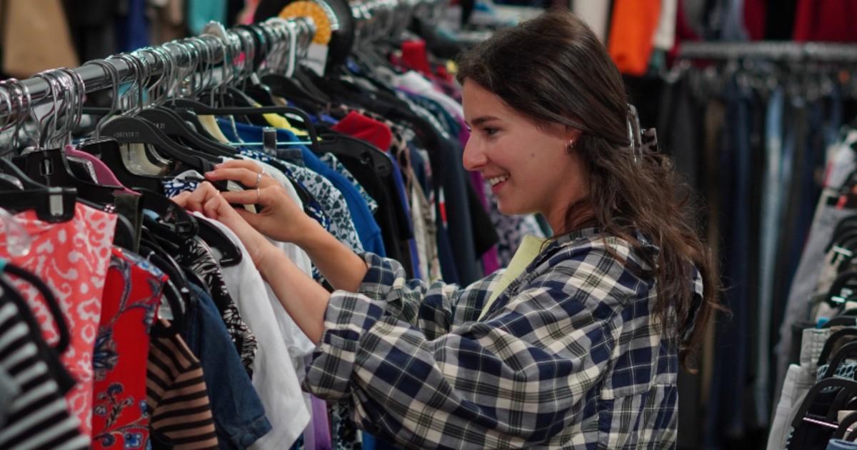 Femme qui magasine des vêtements chez Entraide Agapè