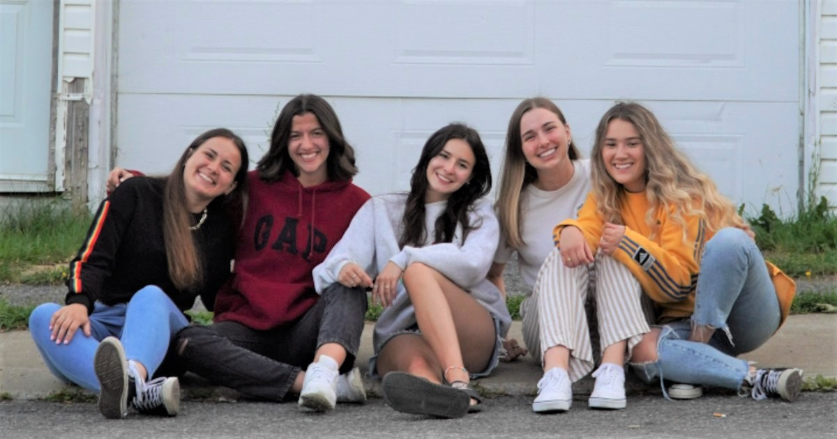 Cinq femmes assises à l'extérieur