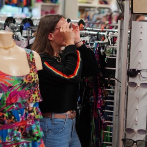 Femme qui magasine en friperie