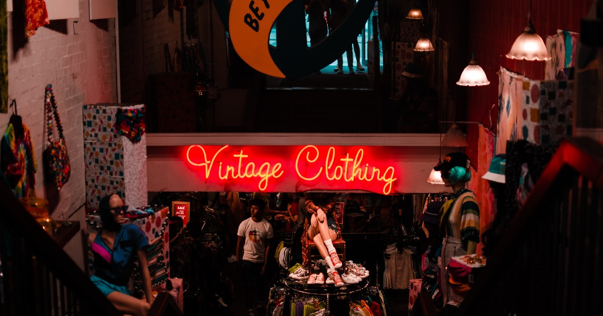 Enseigne en néon dans un magasin de vêtements vintage